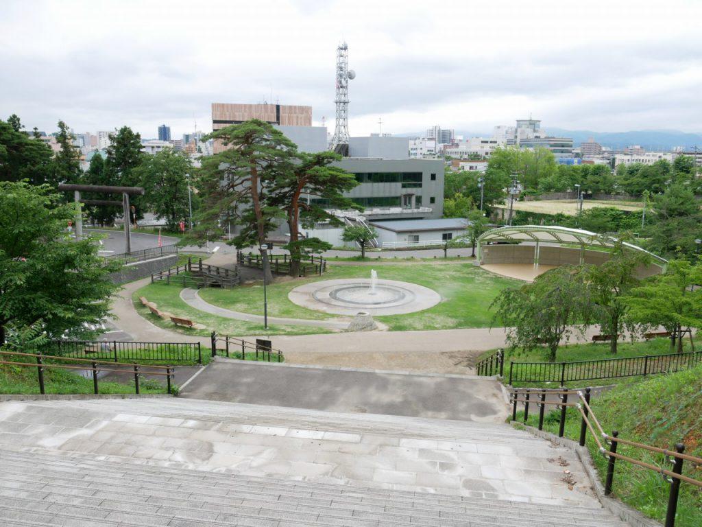 噴水の広場は駐車場から少し距離があります